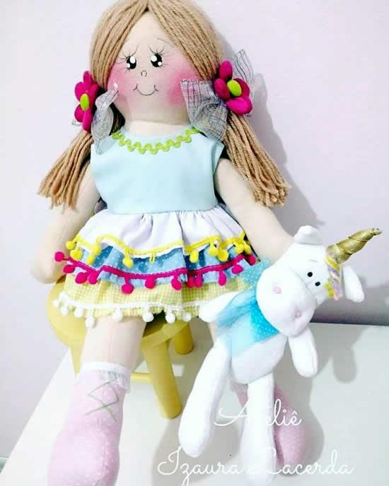 Carol Muñeca de trapo con unicornio