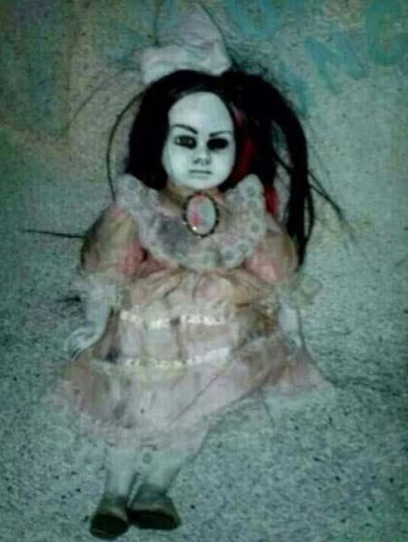 La poupée possédée terrorise les habitants - Une poupée possédée terrorise les habitants de Singapour