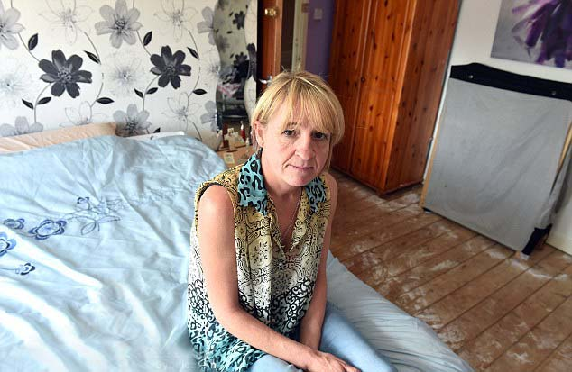 Chambre des démons de la femme britannique - Une femme britannique est attaquée par un démon qui vit dans sa chambre d'amis