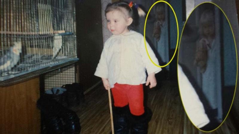 photographie d'enfance de fille figure fantomatique - Une femme découvre la figure fantomatique d'une fille dans une photographie de son enfance