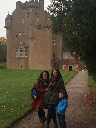 Fantôme d'une femme du château écossais - Famille photographie le fantôme d'une femme avec son enfant dans ses bras dans un château écossais