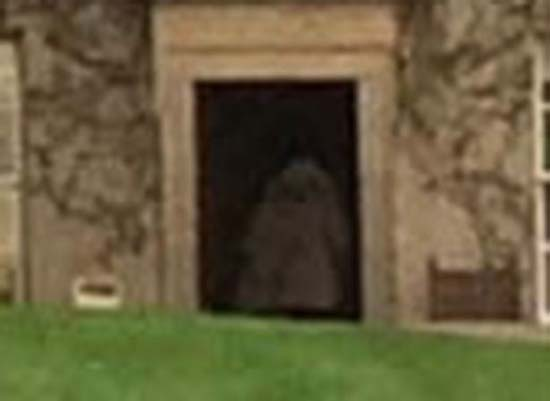 Ghost Woman Scottish Castle - Famille photographie le fantôme d'une femme avec son enfant dans ses bras dans un château écossais