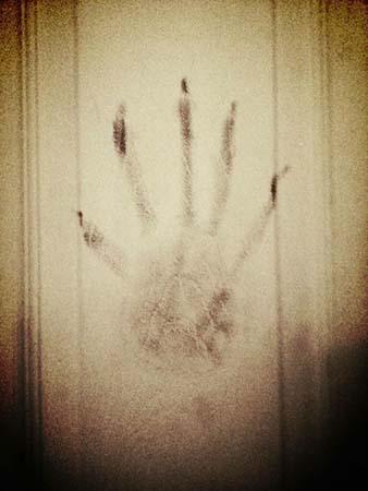 possession d'une main démoniaque - La victime d'une possession demande de l'aide après avoir photographié une main démoniaque dans sa chambre