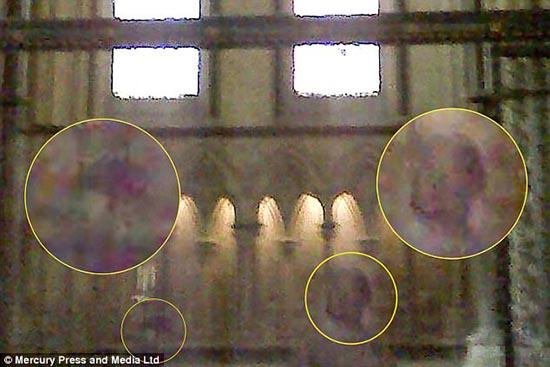 fantôme une mère enfant - Le fantôme d'un enfant est photographié avec sa mère dans la cathédrale anglaise de Lincoln