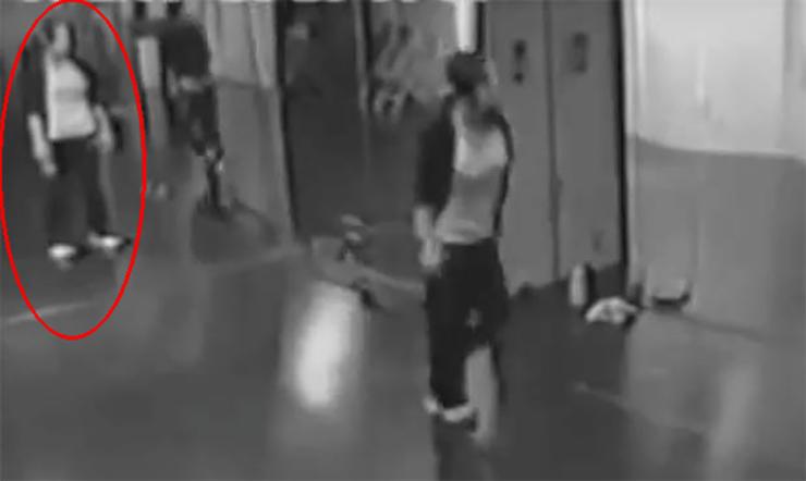 fantôme dans le miroir - Une vidéo hantée montre un fantôme dans le miroir d'une salle de danse
