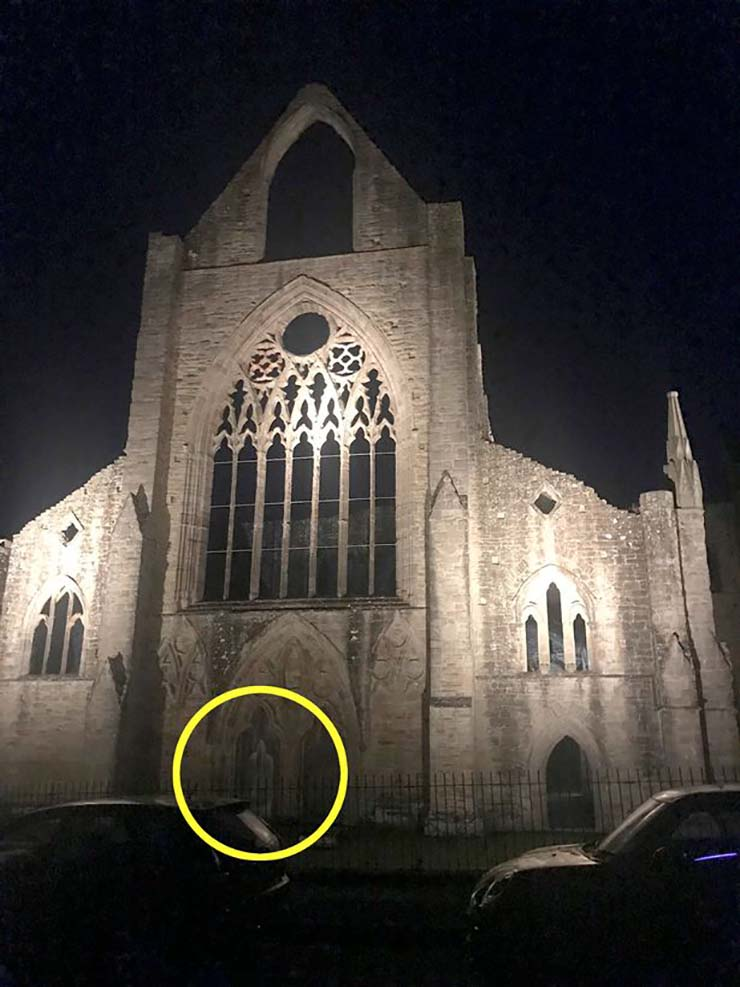 fantôme de moine - Un explorateur urbain visite une abbaye du XIIe siècle et rencontre le fantôme d'un moine