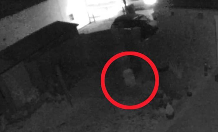 maison d'enfant fantôme en Angleterre - Une caméra de sécurité enregistre le fantôme d'un enfant courant dans le jardin d'une maison en Angleterre