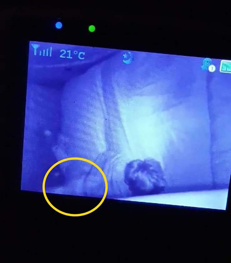 fantôme de l'arrière-grand-mère - Une mère enregistre le fantôme de l'arrière-grand-mère protégeant son enfant pendant qu'elle dort