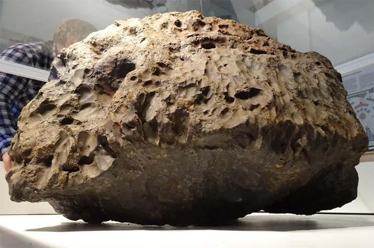 météorite de Tcheliabinsk - La caméra de sécurité capture le moment où le boîtier en verre recouvrant la météorite de Tcheliabinsk se lève mystérieusement