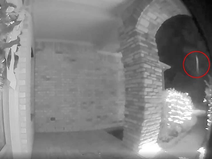 un homme est enlevé - Une caméra de sécurité à domicile capture le moment où un homme est enlevé