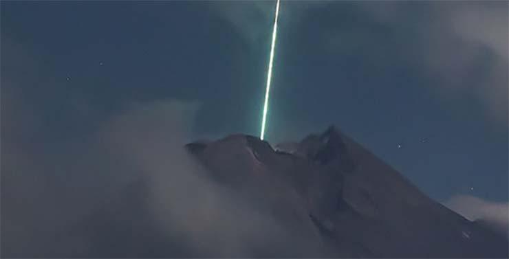 Volcan OVNI d'Indonésie - Une caméra de sécurité enregistre le moment où un OVNI tombe sur le volcan le plus actif d'Indonésie