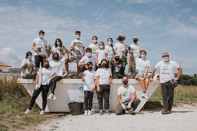 Equipo de Voluntariado de Corporación Hijos de Rivera después de retirar especie invasora en la costa de Arteixo