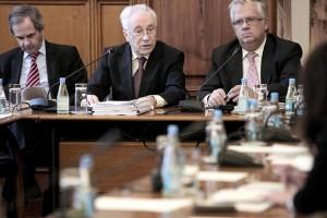 O Governador do Banco de Portugal, Carlos Costa, presta declarações perante a Comissão de Orçamento, Finanças e Administração Pública, 01 de fevereiro de 2013 na Assembleia da República em Lisboa. Foto Lusa