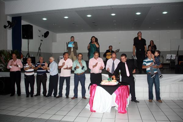 Diretoria da entidade canta o parabéns a você. Foto Ronaldo Andrade