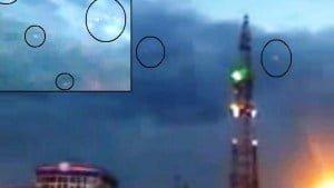 Formación OVNI volando en el cielo sobre Kazajstán, 27 de marzo 2011