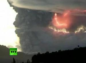 Espectacular vídeo de un rayo dentro de la nube de ceniza volcánica del volcán Chileno Puyehue