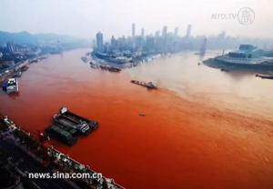 El Río Yangtze se vuelve Rojo Sangre en Chongqing, China (Video) – 08 de septiembre 2012