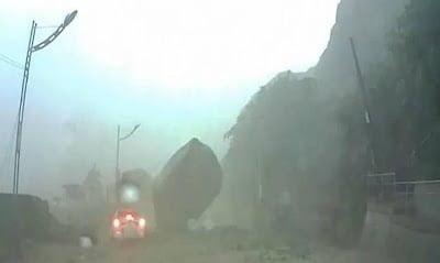 Increíble: conductor envuelto en un deslizamiento de tierra en Taiwan, escapa por poco de una roca gigante – 31 de agosto 2013