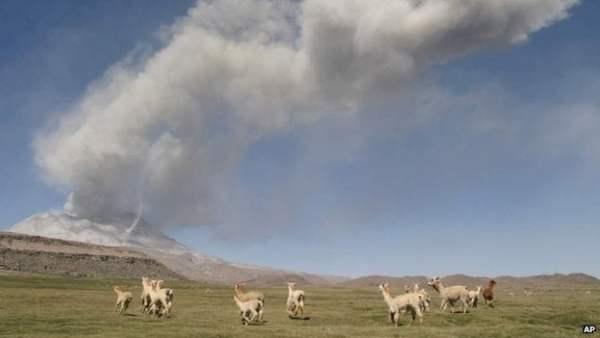 Perú evacúa zona del volcán Ubinas por la nube de cenizas