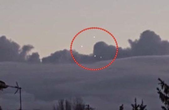 Flotilla OVNI en las nubes sobre París