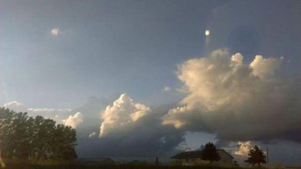Objeto cuadrado desconocido sale disparado de una nube
