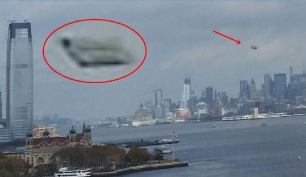 OVNI rectangular se mueve sobre Nueva York