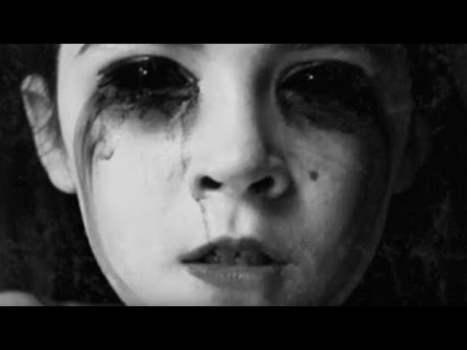 Mujer con los ojos totalmente negros