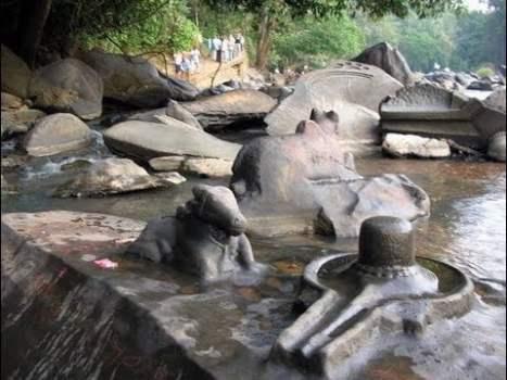 """Desciende el Agua de un Río y lo que Encuentran es Increíble """"SHIVA LINGAS"""""""