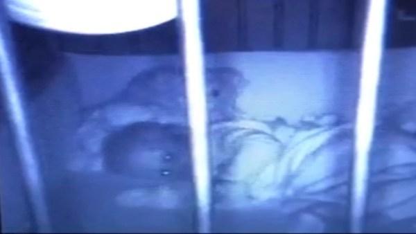 Abre la Cámara para Ver a su Hija Dormir y lo que Vio la Dejó muy Aterrada