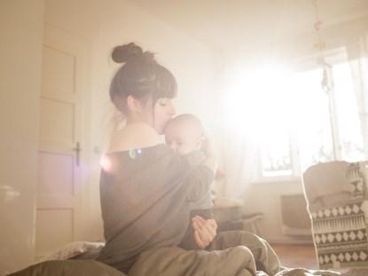 Tudo bem pegar o bebê no colo toda vez que ele chorar?