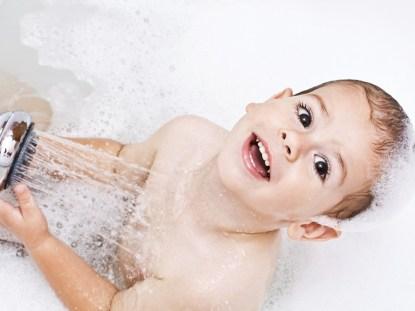 Maneiras seguras e criativas de fazer a transição da banheira para o chuveiro