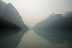 Lago Louise com muita fumaça