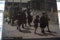 Crianças, mulheres e idosos caminhando para a morte