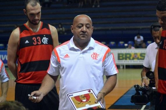 Paulo Chupeta dá instruções aos jogadores (Foto: LNB)
