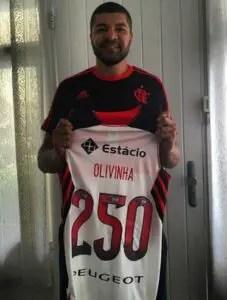 Jogador recebeu uma camisa comemorativa do clube (Foto: Reprodução/Instagram)