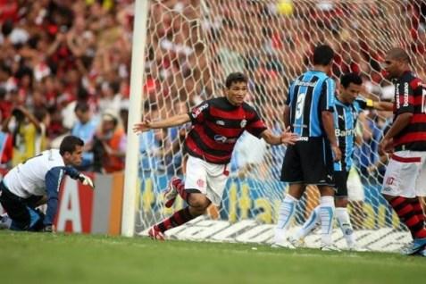 Angelim comemorando o seu gol no dia mais feliz da minha vida.