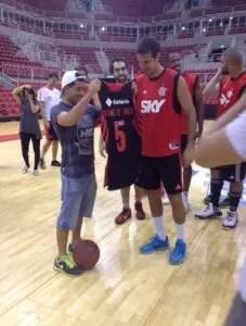 'Mineirinho' recebe a camisa personalizada das mãos de Marcelinho Machado (Foto: Marcelo Pires/ globoesporte.com)