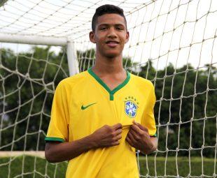 Atacante Silva, convocado para a seleção sub 15. (Foto: Bernardo Gleizer/NIFC)
