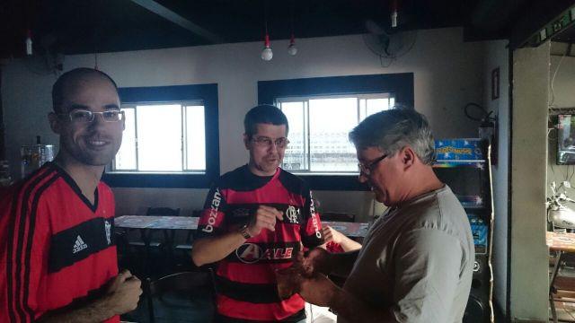 Rafael e Roberto Palermo com o Ricardo, proprietário do Bar Barcana