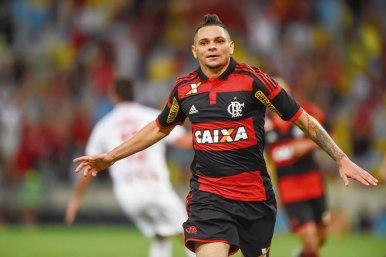 Pará ainda não conseguiu cair nas graças da torcida. Lateral deve permanecer no elenco pra 2016? (Foto: Gilvan de Souza/Flamengo)