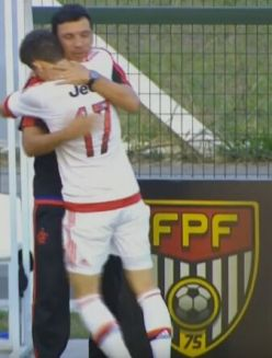 Patrick comemora seu golaço com o treinador Zé Ricardo. Foto: Adriano/MRN