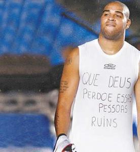 Adriano, após marcar um gol contra o Vasco. Foto: Reprodução.