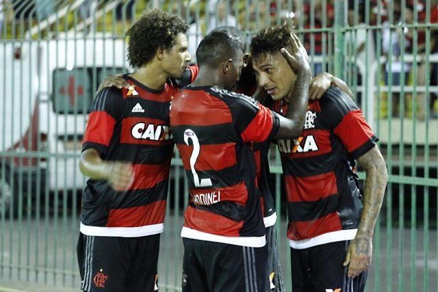 Guerrero, Arão e Rodinei comemoram o gol do peruano. Rodinei e Arão (2x) também marcaram (Foto: Gilvan de Souza/ Flamengo)