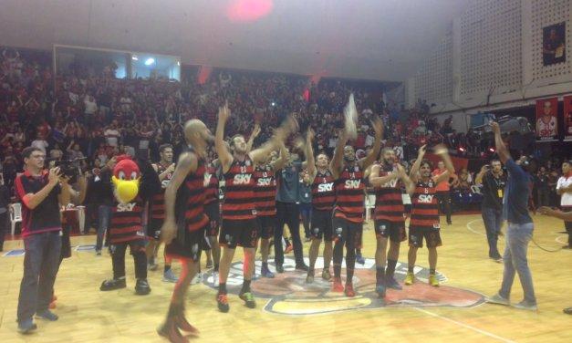 Aqui é Flamengo! Com apoio da torcida, basquete garante vaga na final