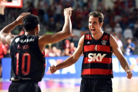 Ramon, que era reserva mas virou titular, e o veterano Marcelinho são duas das armas do Flamengo para garantir o Penta (Foto: João Pires/LNB)