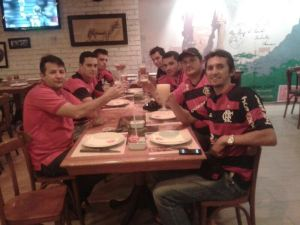 Encontro de membros da Flaraguay para assistir ao jogo do Flamengo