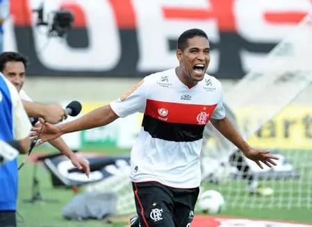 Vídeo mostra Cleber Santana cantando música do Flamengo