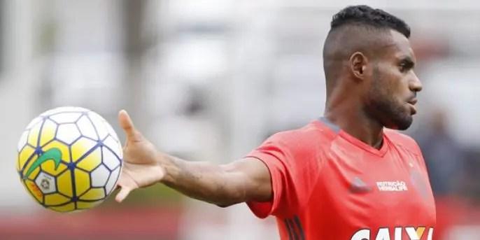Zagueiro do Flamengo chega a Belém para assinar com Paysandu