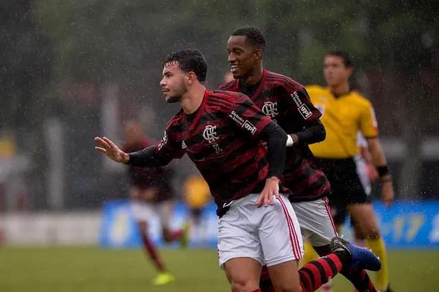 Sub-17 goleia o Vitória e assume a liderança no Brasileiro