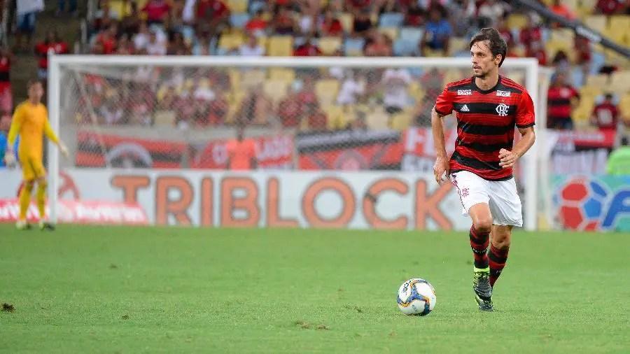 Sem Cuéllar no Flamengo: Zagueiro Rodrigo Caio atuou como volante no São Paulo